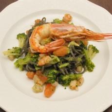 Tagliolini al nero di seppia con gamberi e broccoli